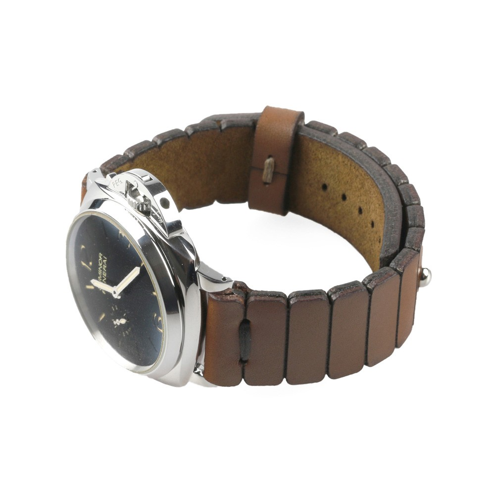 Clasp watch strap in brown